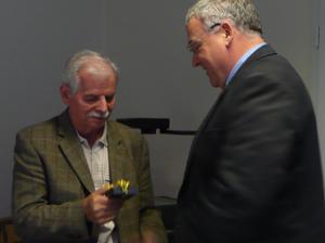 Andreas Sankewitz bedankt sich bei Klaus Lemke für die langjährige Zusammenarbeit