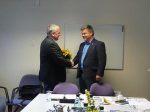 Andreas Sankwitz gratuliert Andras Flindt zur Wahl
